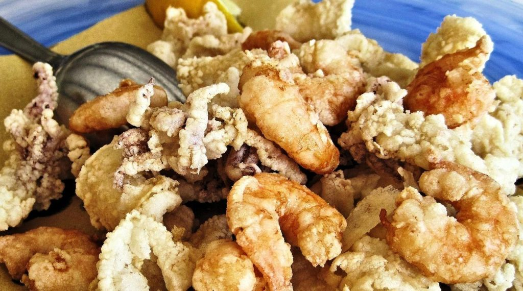 Plate of fried squid and shrimp fritto misto
